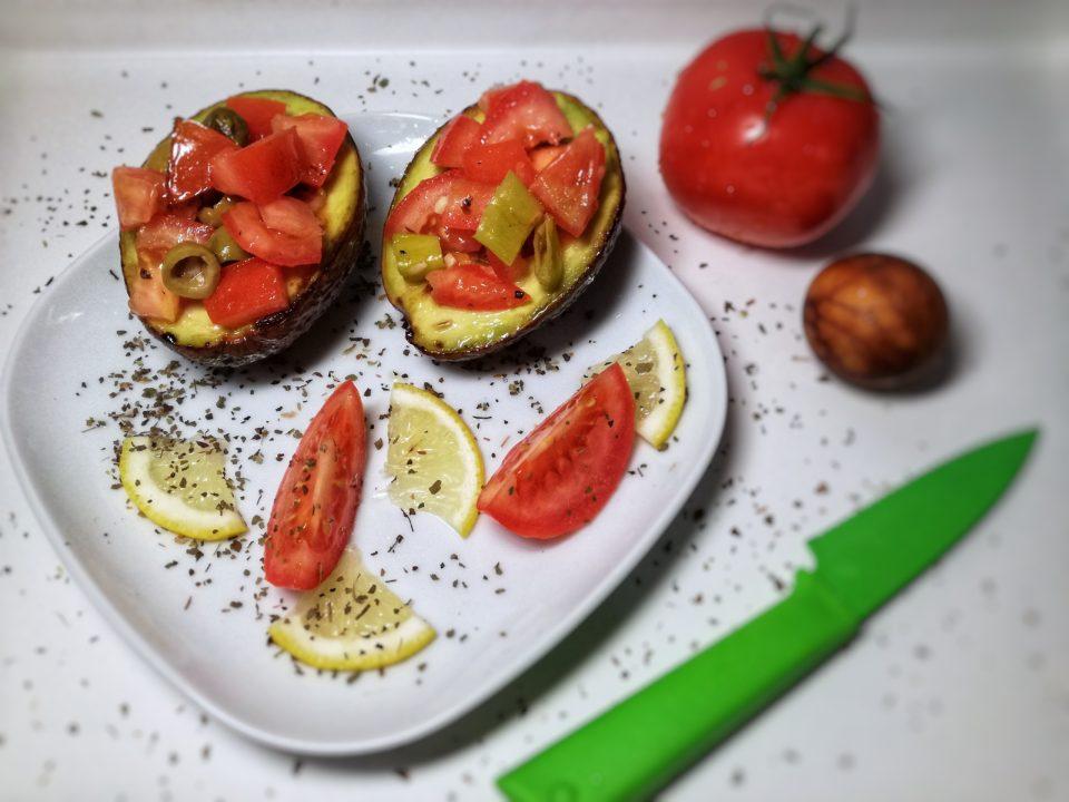 Avocado gefüllt mit Tomaten und Oliven