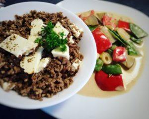 Rinderhackfleisch mit Feta und Gemüse im afrikanischen Stil