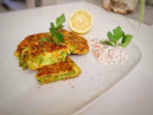 Brokkoli Puffer mit einem frischen Kräuter-Quark Dip