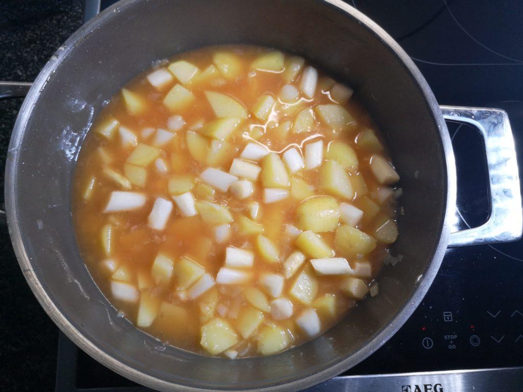 Spargel-Kartoffelmischung in Gemüsebrühe köcheln